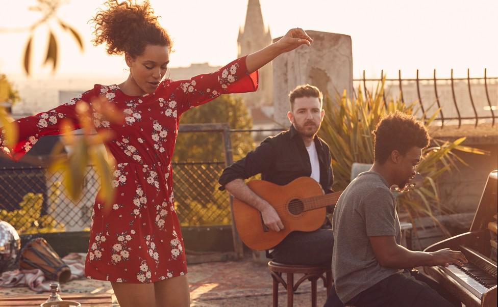 UK出身ソウル・ポップ・アイコン、イジー・ビズが H&M Divided Musicのキャンペーンに登場!